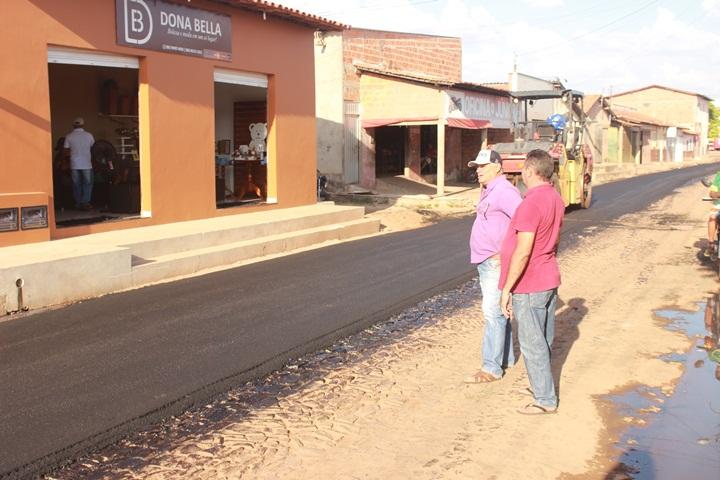 Ruas em Esperantina estão recebendo pavimentação asfáltica através de emenda do deputado Themístocles