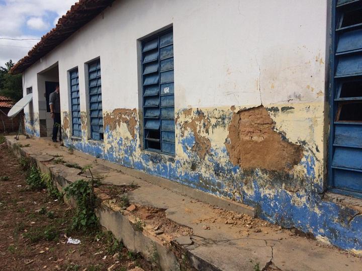 """Escola da zona rural de Batalha está caindo aos pedaços"", afirma vereador Nerioston"