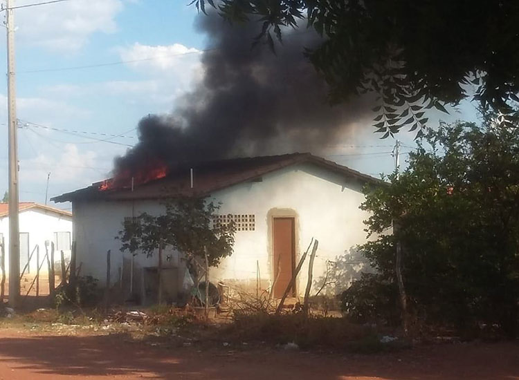 Mulher tem casa queimada pelo ex-marido e faz campanha de arrecadações