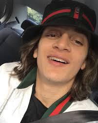 Youtuber é preso após fazer brincadeira de sair correndo com tênis de loja