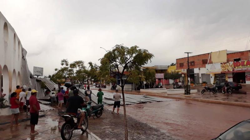 Forte chuva arranca telhado de prédio e danifica carros em Esperantina