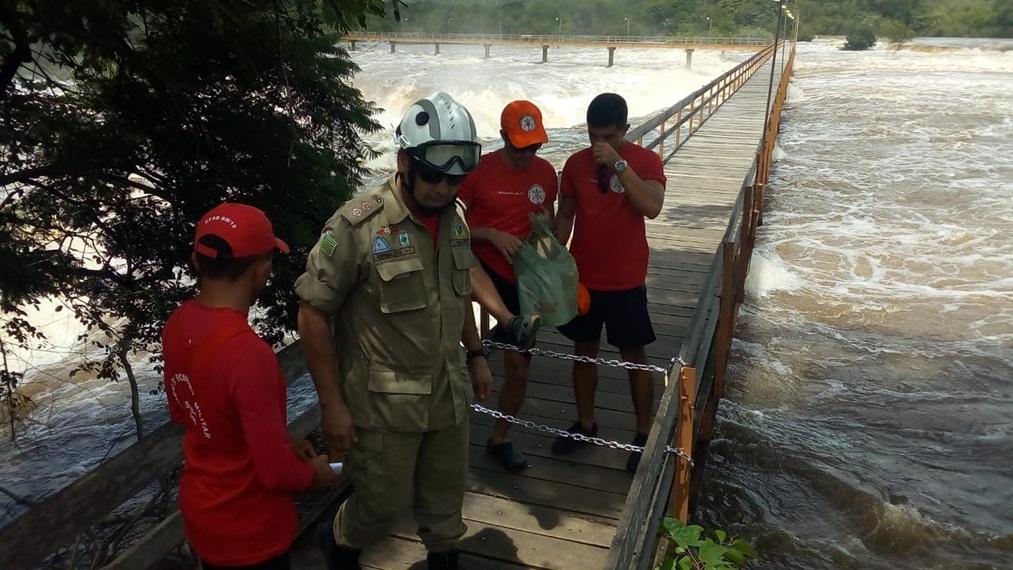 Bombeiros interditam passarela da Cachoeira do Urubu devido à cheia do Rio Longá