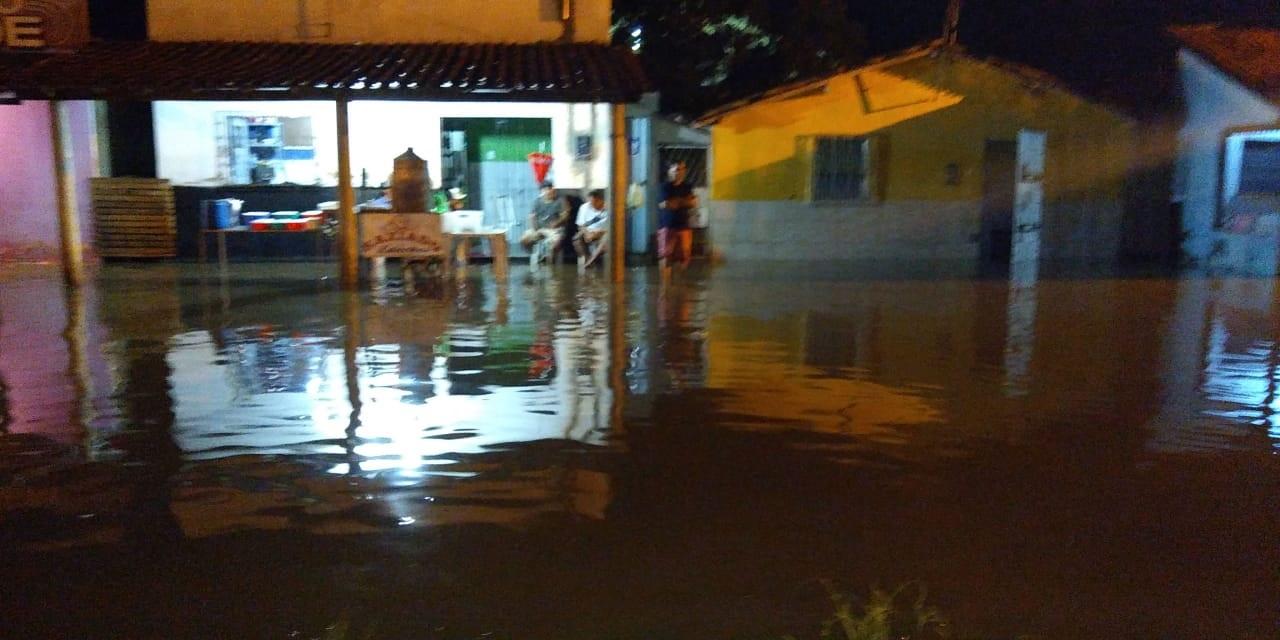 Chuva forte alaga ruas e inunda casas no centro de Esperantina