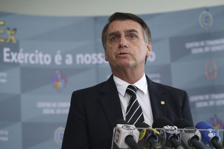 Bolsonaro sanciona lei que permite apreensão de arma de agressor de mulher