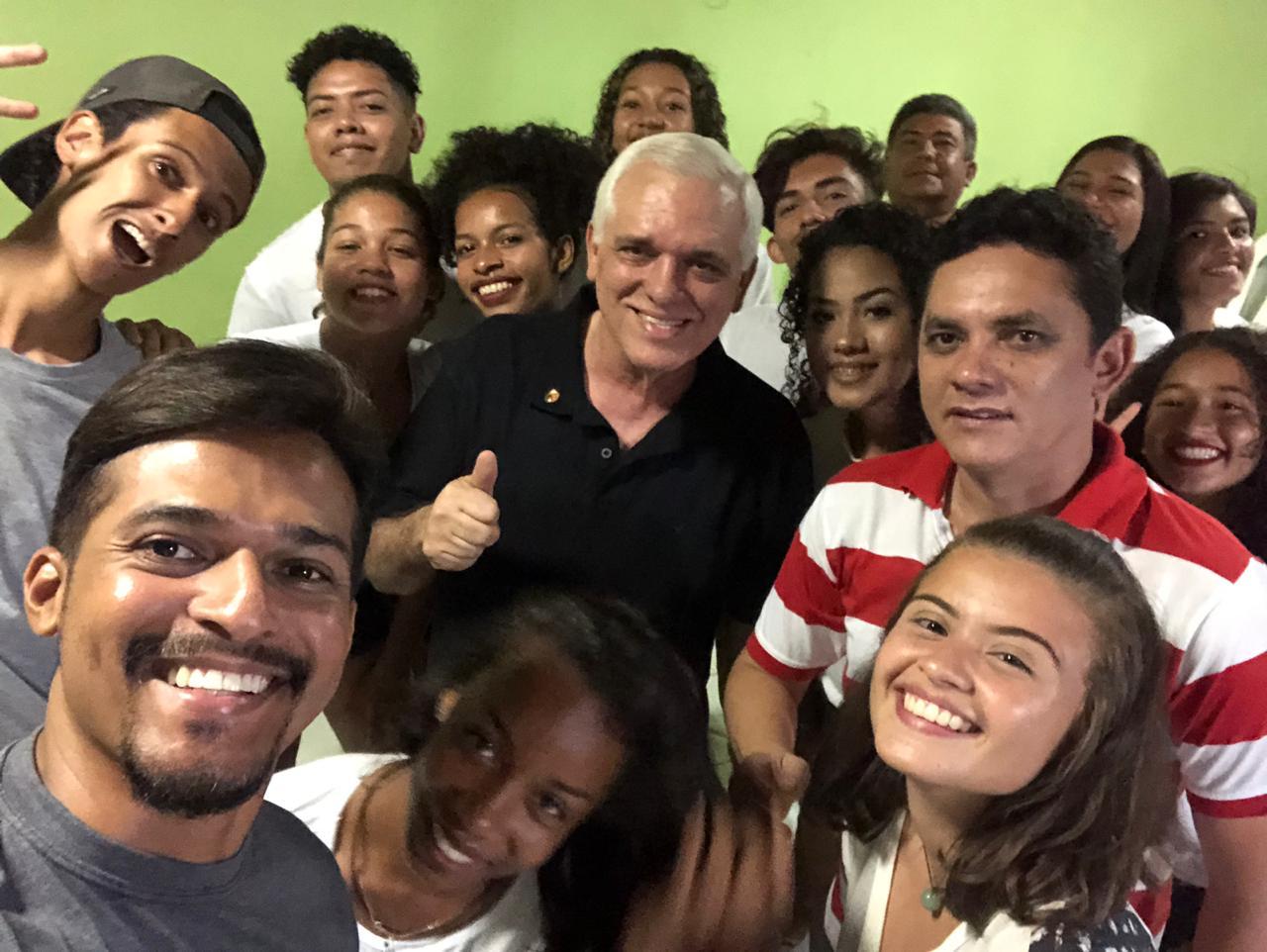 Deputado Themístocles Filho se reúne com integrantes de grupo de dança em Esperantina