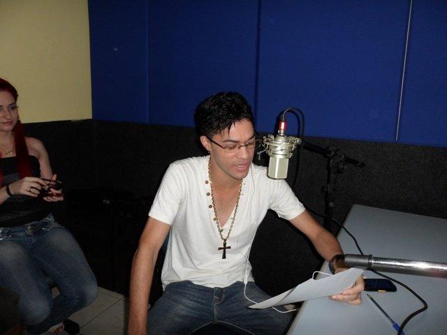 Vocalistas das Bandas Mala 100 Alça e Forró do Bom concedem entrevista na Rádio Meio Norte