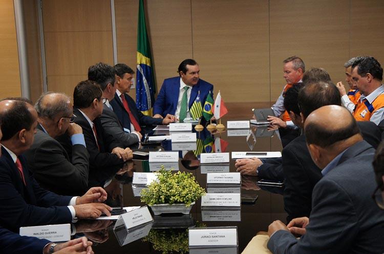 Ministro libera kits de emergência para 4 mil pessoas durante reunião em Brasília