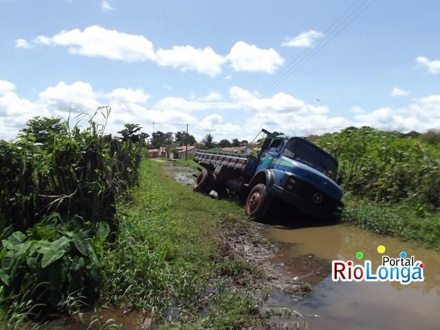 Caminhão atola em rua intrafegável de Esperantina