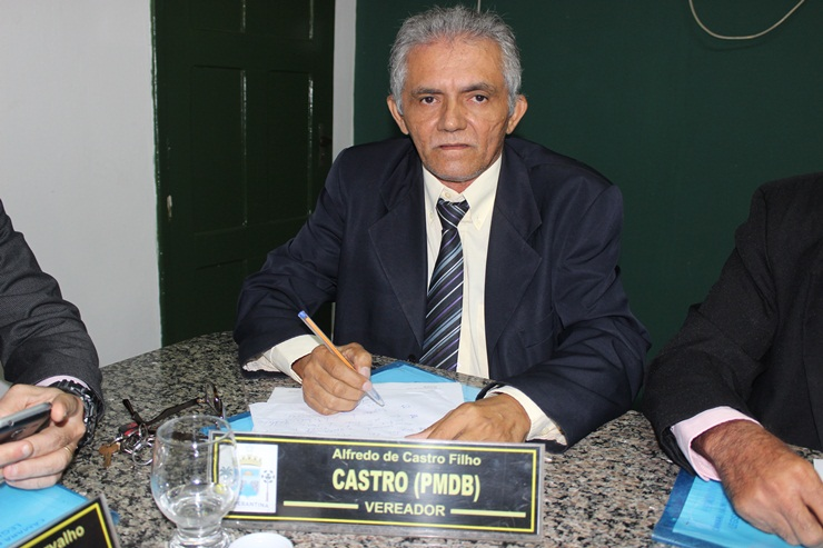 Vereador Castro solicita melhorias em praça e limpeza de Cemitério
