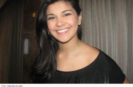 Luiza (que estava no Canadá) aproveita fama e grava comercial