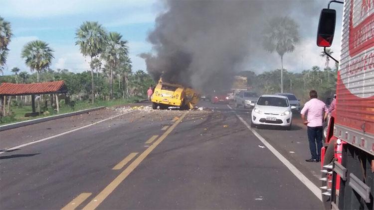 Bandidos explodem dois carros-fortes em ações simultâneas e levam R$ 1 milhão