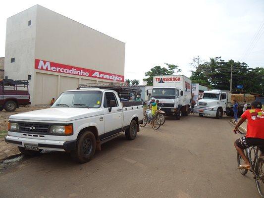 Caminhão Baú estacionado de forma irregular provoca bagunça no trânsito de Esperantina