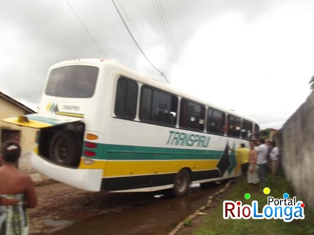 Ônibus da empresa Transpiauí atola em Esperantina