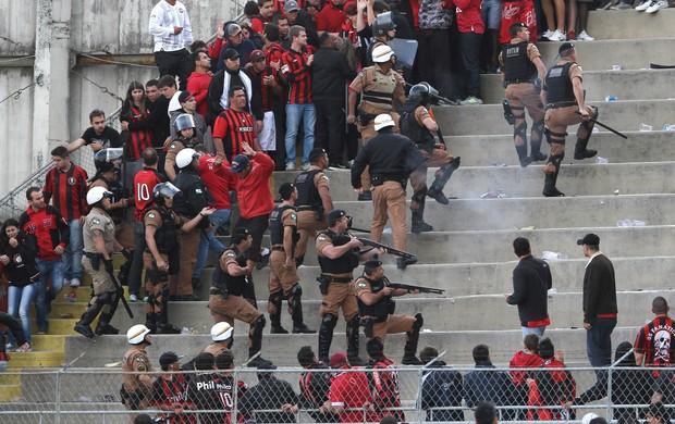 Briga generalizada de torcidas deixa quatro feridos na Arena Joinville