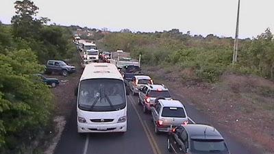 Chuva e congestionamento de cerca de 5 km na PI-113, proximidades da cidade de Barras