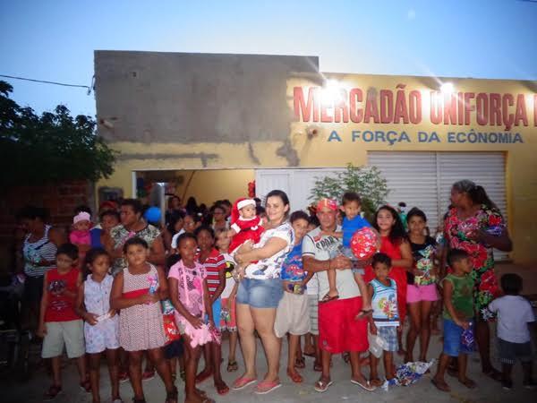 Mercadão UNIFORÇA distribuiu centenas de presentes para as crianças do Residencial Alecrim