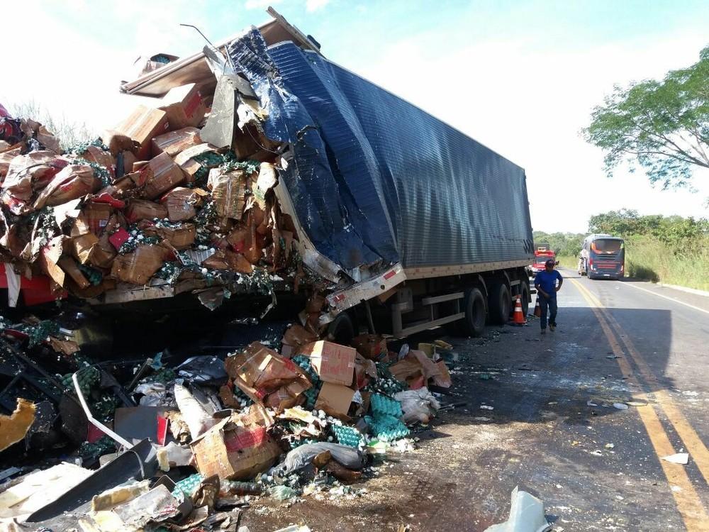 Quatro pessoas morrem e nove ficam feridas após ônibus bater de frente com caminhão